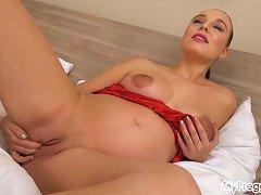 Free Porn Pregnant Alyssa Masturbates In Bed!