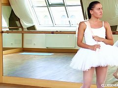 Free Porn Beautiful Ballerina Called Evelyn Pushes The Fingers Into Her Slit