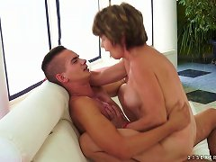 Free Porn Mom Educes Her Young Neighbor In The Pool