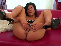 Free Porn Masturbates Her Tight Pink Pussy